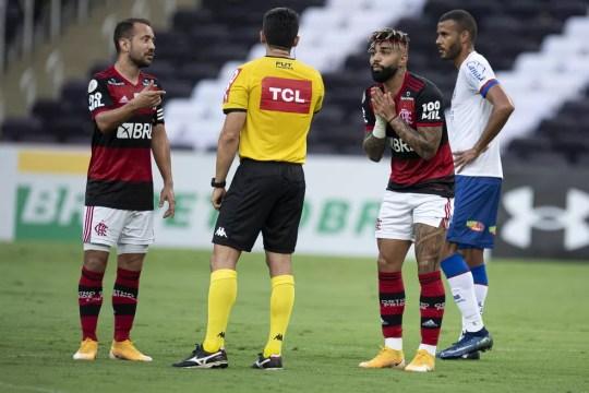 Gabigol foi expulso após reclamação em Flamengo x Bahia — Foto: JORGE RODRIGUES/AGIF - AGÊNCIA DE FOTOGRAFIA/ESTADÃO CONTEÚDO