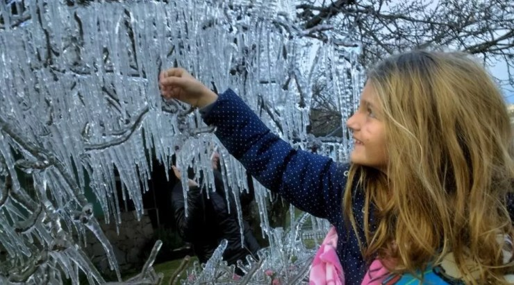 Menina curte o frio de São Joaquim nesta terça-feira (Foto: Mycchel Hudsonn Legnaghi/São Joaquim Online)