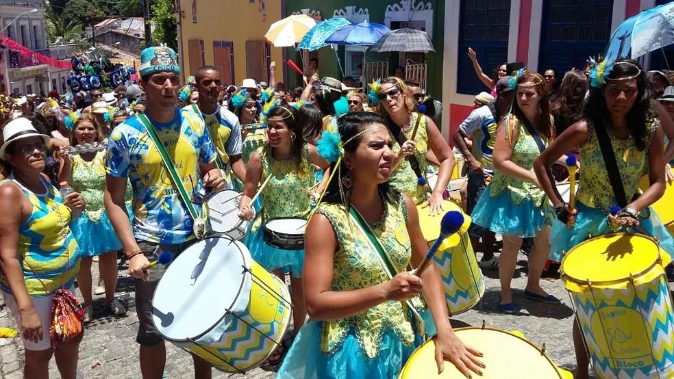 Samba Soul Delas colore ladeiras de Olinda de azul e amarelo com samba (Foto: Penélope Araújo/G1 )