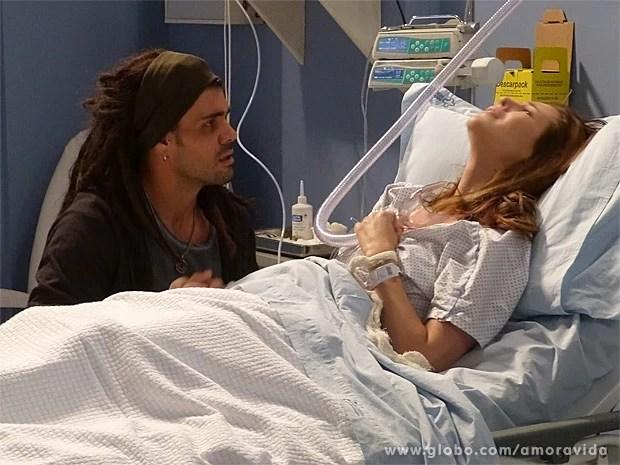 Na maca, Paloma confessa que Paulinha é filha de Ninho (Foto: Amor à Vida / TV Globo)