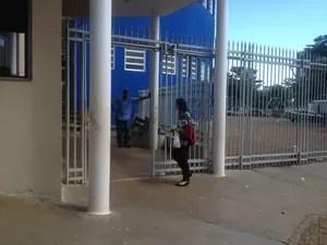 Candidata chega minutos antes do fechamento dos portões (Foto: Monique Almeida/G1)