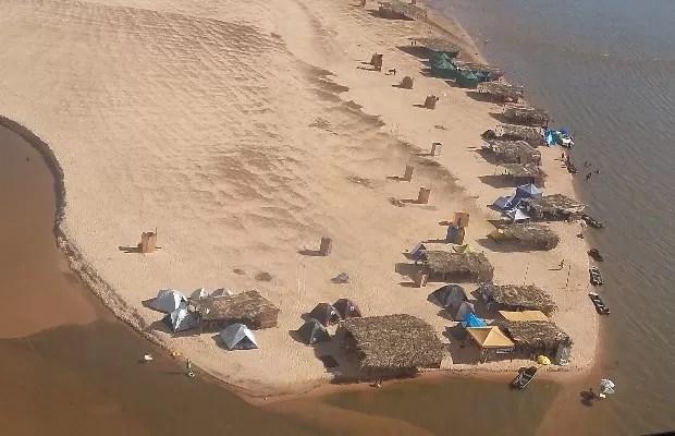 Acampamentos são montados nos bancos de areia do Rio Araguaia, em Aruanã, Goiás (Foto: Neila Bitar/ TV Anhanguera)