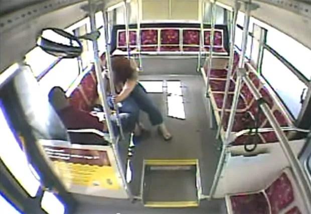 Motorista de ônibus foi demitido após ser flagrado em ato sexual com passageira (Foto: Reprodução/YouTube/KRQE)