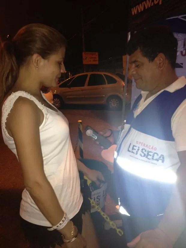 Nívea Stelmann em blitz da Lei Seca no Rio (Foto: Twitter/ Reprodução)