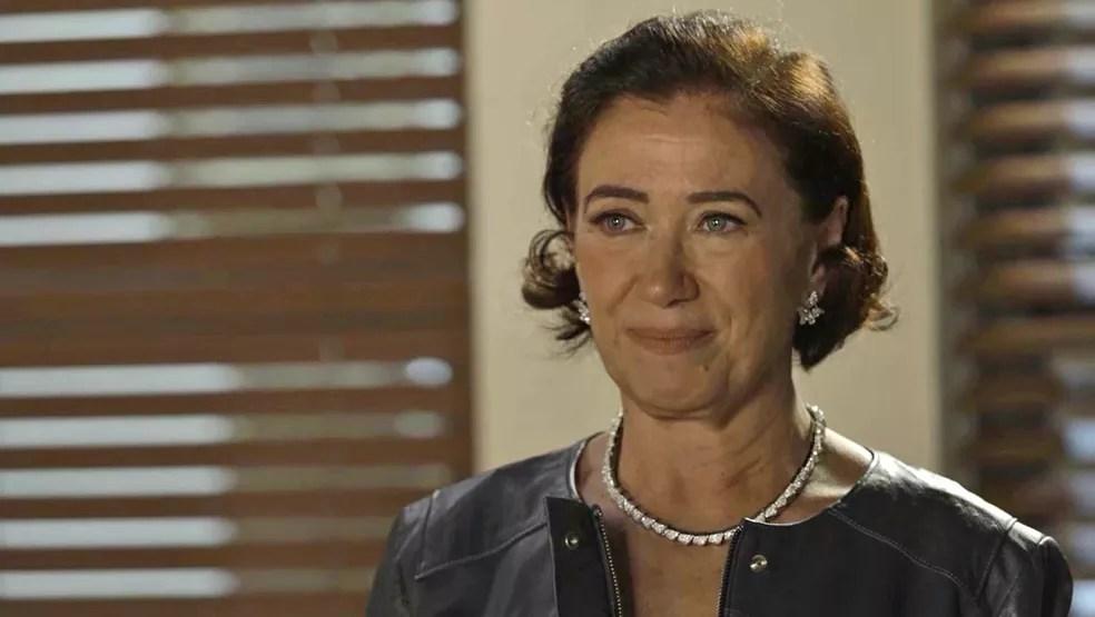 Valentina (Lilia Cabral) tenta resistir, mas acaba cedendo ao charme de Murilo (Eduardo Moscovis), em 'O Sétimo Guardião' — Foto: TV Globo