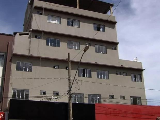 Pintor morre após cair no fosso de elevador de prédio, em Goiânia, Goiás (Foto: Reprodução/TV Anhanguera)