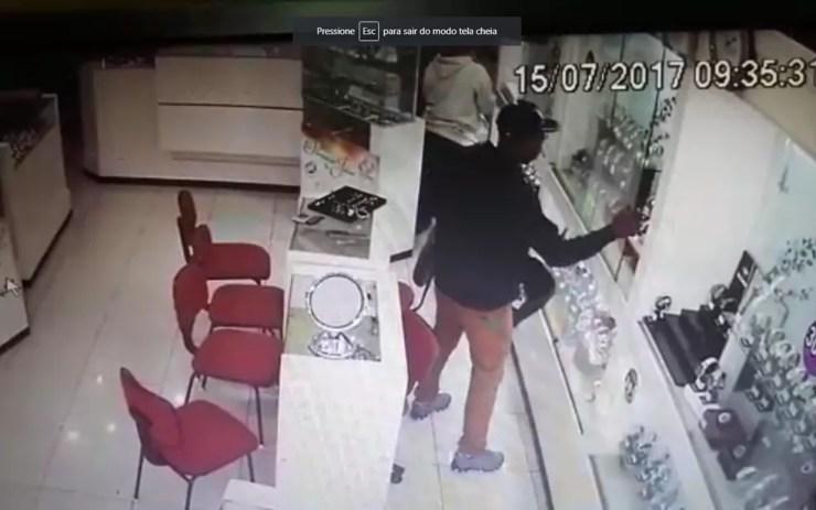 Ladrão rouba a joalheria antes do tiroteio (Foto: Reprodução)