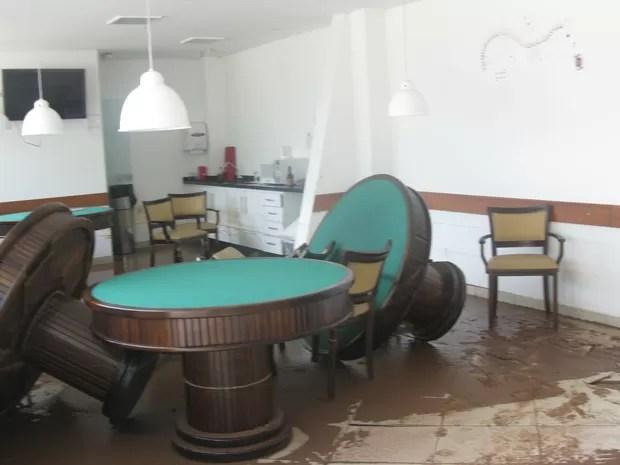 Sala de carteado do clube é invadida por água e móveis ficam revirados (Foto: Tatiana Santiago/ G1)