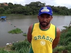 Reginaldo Ramos encontrou um dos sacos ao fazer travessia no rio (Foto: Gilcilene Araújo/G1)