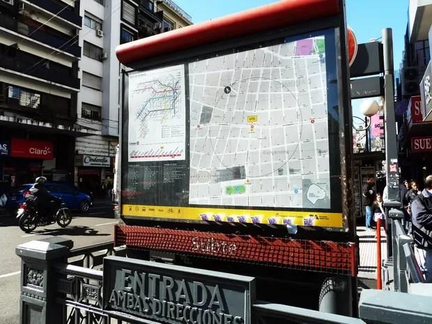 """Implantado em parceria com a prefeitura de Buenos Aires, o projeto """"Cidade Legível"""" auxília  o usuário com mapas e informação em pontos de parada e interiores de ônibus, metrobus e metrôs (Foto: Divulgação)"""