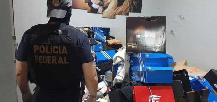 Vários tênis de marcas famosas foram achadas dentro da casa, segundo polícia — Foto: PF/Divulgação