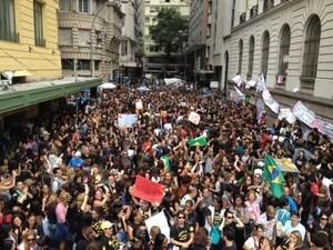 Professores da rede pública de educação votaram por unanimidade pela manutenção da greve. (Foto: Janaína Carvalho/G1)