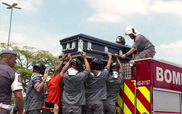 Caixão com o corpo de Gugu Liberato é colocado no caminhão dos Bombeiros — Foto: TV Globo/Reprodução