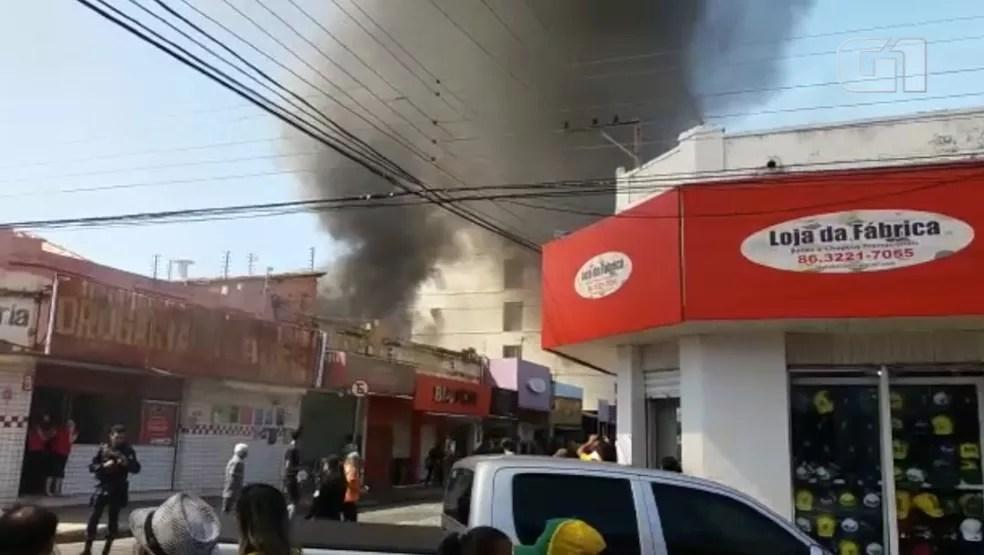 Fogo atingiu loja no Centro de Teresina.  (Foto: Vadson Braga/Arquivo pessoal)