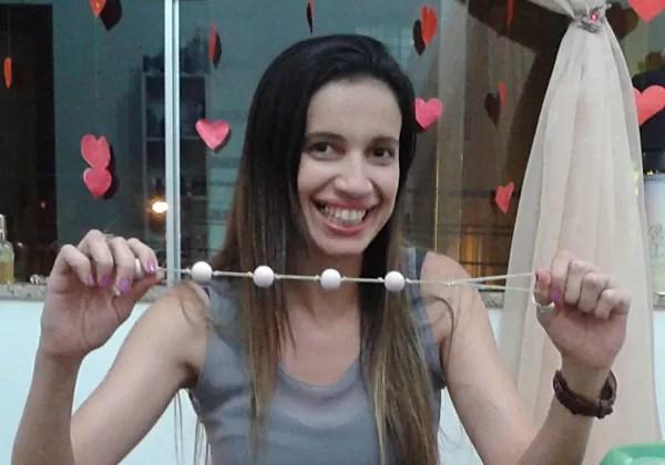 Luzia se diverte com instrumentos eróticos usados no pompoarismo  (Foto: Divulgação/Arquivo Pessoal)