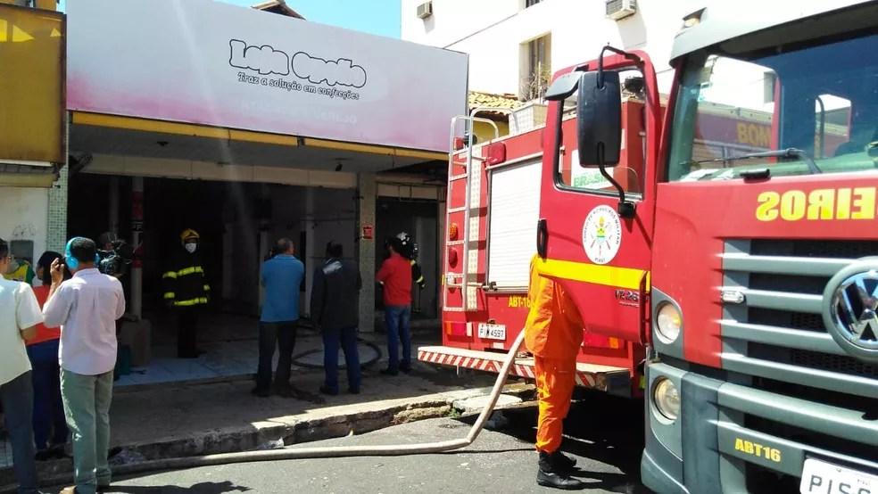 Fogo atingiu loja no Centro de Teresina.  (Foto: Andrê Nascimento/G1)