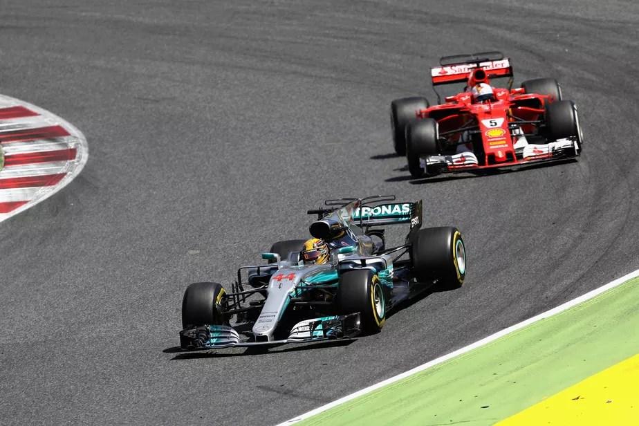 Hamilton faz mágica com os pneus, vence na Espanha e cola em Vettel no campeonato