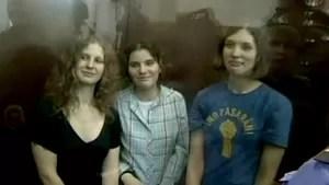 Banda russa condenada pelo governo divulga nova música com críticas ao presidente (Foto: Reprodução Globo News)