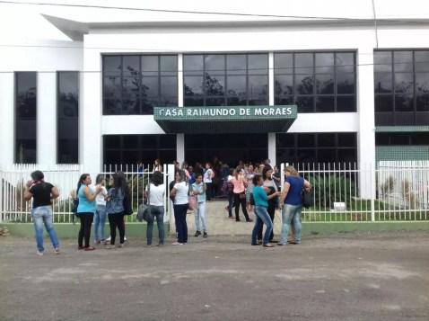Docentes estão reunidos em frente à Câmara dos Vereadores de Garanhuns (Foto: Francisco Guerra/TV Asa Branca)