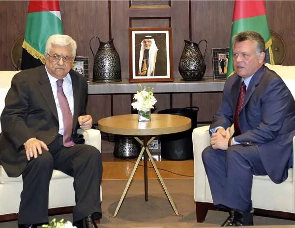 O rei da Jorndânia Abdullah II (direita) encontra o presidente palestino Mahmud Abbas (direita) na capital Amman, neste domingo (31). (Foto: Khalil Mazraawi/AFP PHOTO )