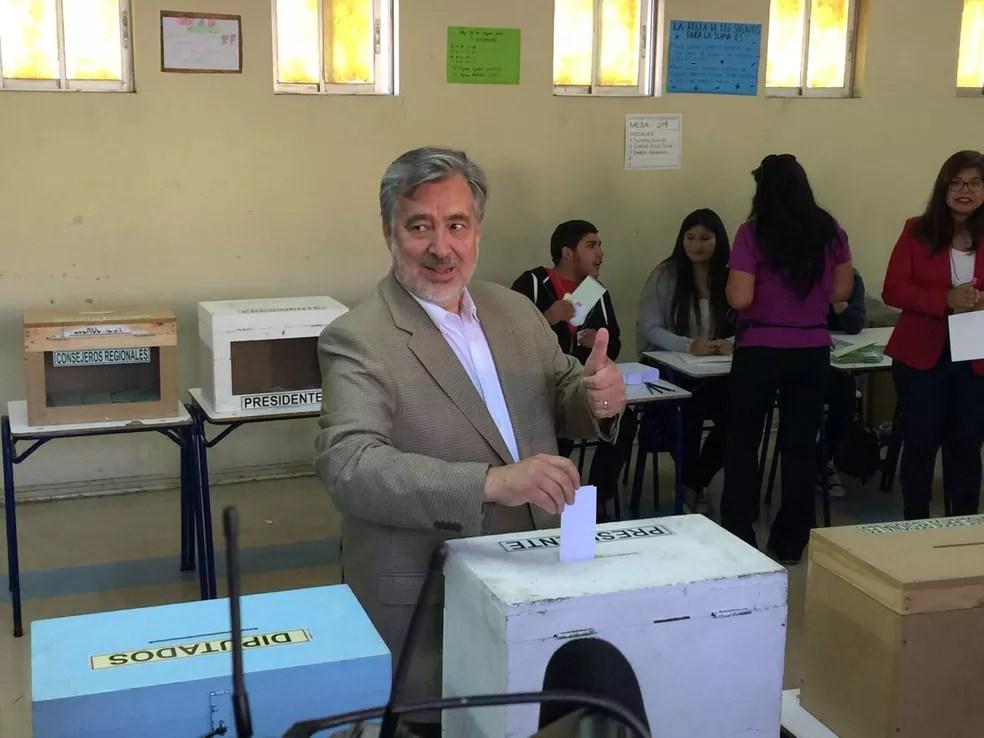 Candidato Alejandro Guillier vota durante as eleições presidenciais em Antofagasta, no Chile (Foto: Jose Francisco Zuniga / comando de Alejandro Guillier / via Reuters)