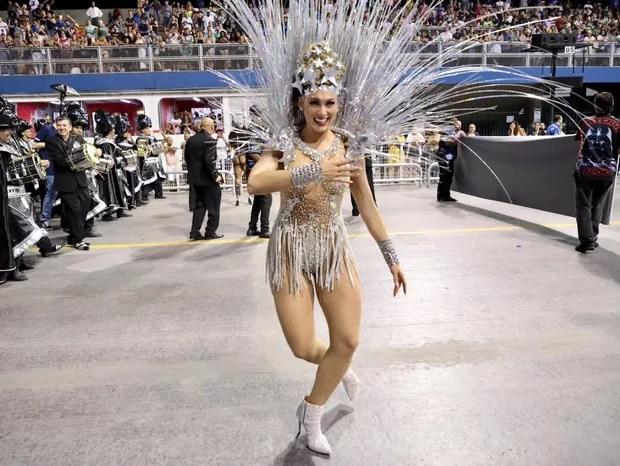 Lívia Andrade, madrinha de bateria da Império de Casa Verde, no Desfile das Campeãs em SP (Foto: Rafael Cusato / Ed. Globo)