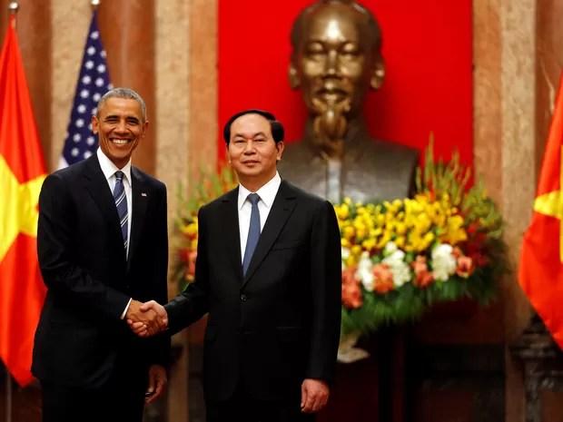 Obama cumprimenta Tran Dai Quang, presidente do Vietnã durante encontro nesta segunda-feira (23) (Foto: Carlos Barria/Reuters)