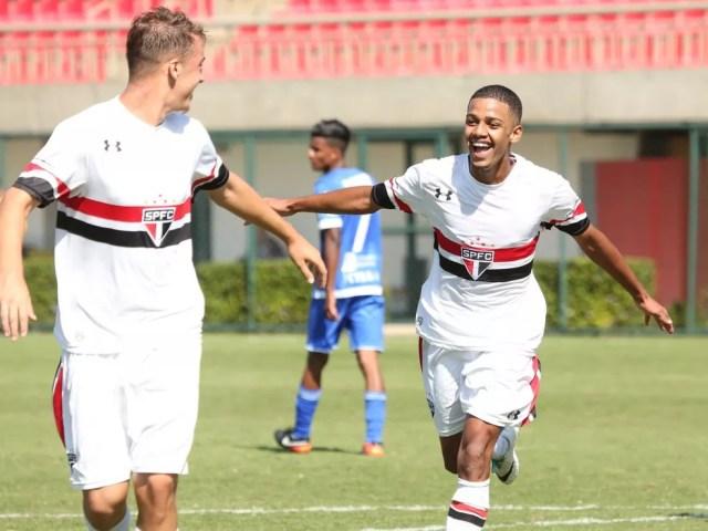Brenner (dir.) comemora um dos gols que marcou pela equipe sub-17 do São Paulo (Foto: Igor Amorim / site oficial do SPFC)