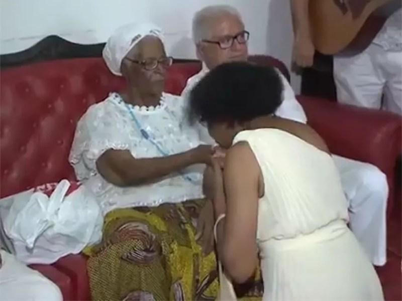 Mãe Stella de Oxossi durante atendimento no terreiro Ilê Axé Opô Afonjá. — Foto: Reprodução/ TV Bahia