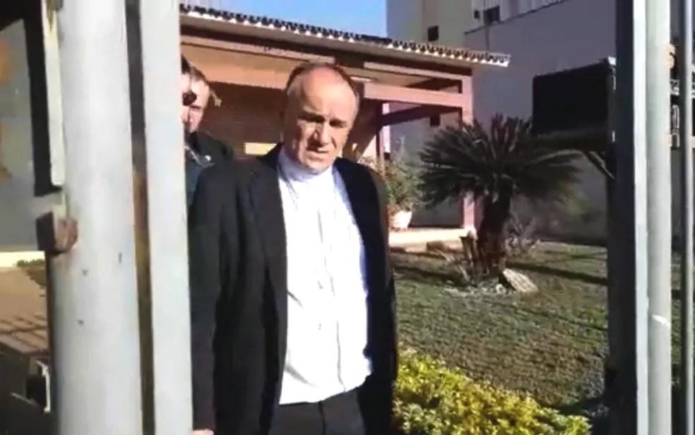 Momento em que Dom José Ronaldo foi preso durante a Operação Caifás (Foto: Reprodução)