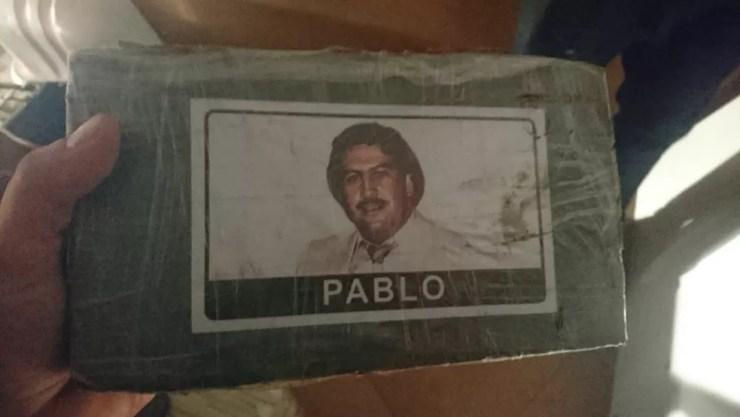 Tabletes de cocaína apreendidos foram levados para uma delegacia de Bauru (Foto: Denarc/Divulgação)