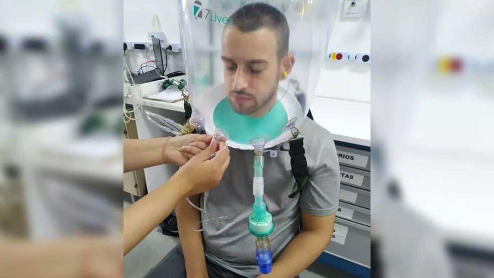 Capacete permite que a pessoa respire normalmente. — Foto: Divulgação/Simulação
