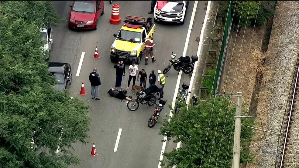 Por causa de acidente com motociclista, duas faixas da Marginal Pinheiros são bloqueadas (Foto: Reprodução/TV Globo)