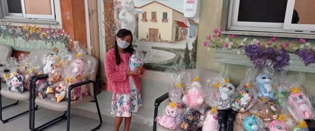 Maria Clara doou ursinhos às crianças do GPACI, após pegar 100 bichinhos na máquina de um mercado em Mairinque — Foto: Arquivo Pessoal
