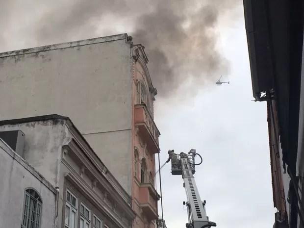 Bombeiros controlaram incêndio que atingiu quatro lojas da Saara (Foto: Matheus Rodrigues/G1)
