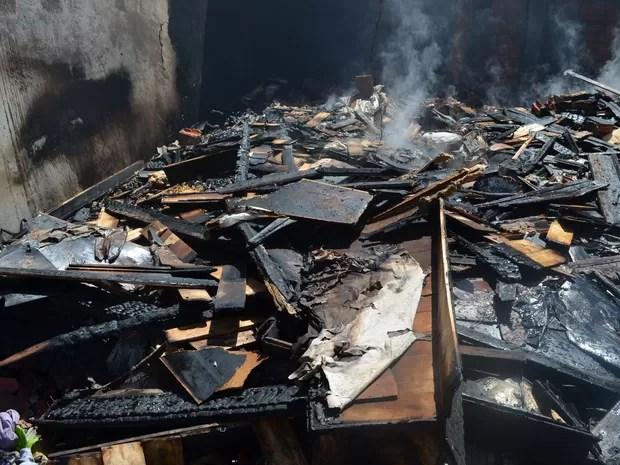 Incêndio começou por volta das 3h da madrugada desta quarta-feira (11) (Foto: Aline Nascimento/G1)
