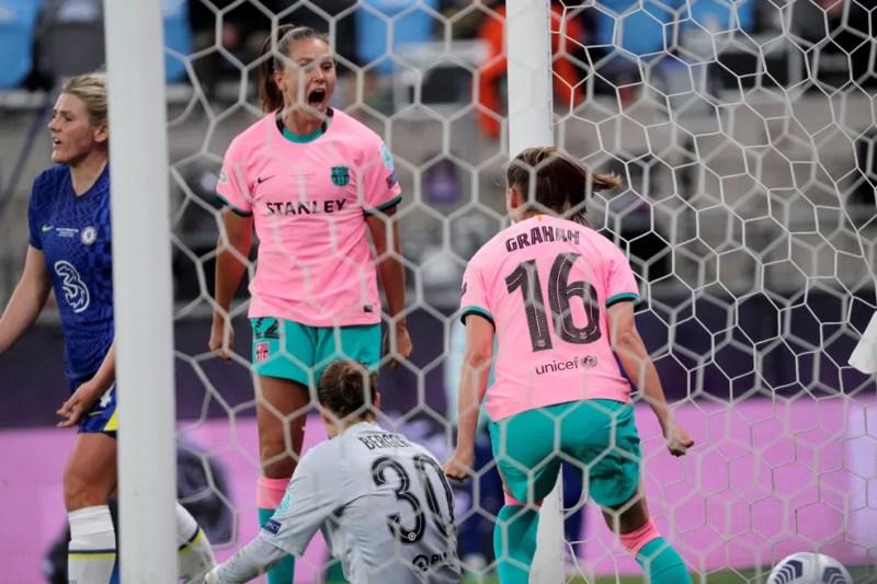 Lieke Martens comemora com Caroline Graham Hansen o gol do Barcelona contra o Chelsea na final da Champions feminina — Foto: EFE/Juan Carlos Cárdenas