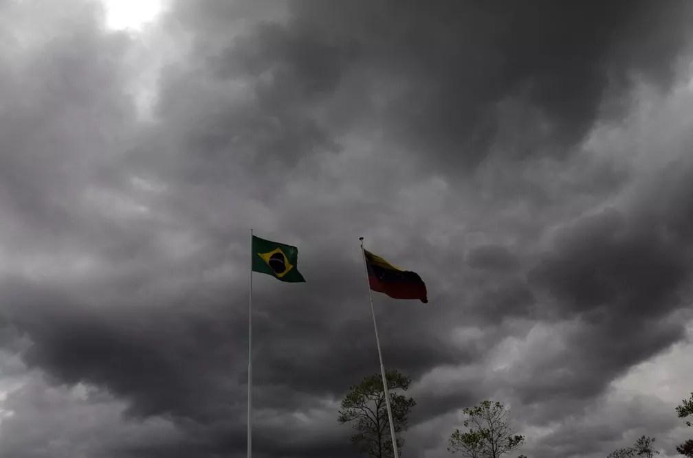 Bandeiras do Brasil e da Venezuela em Pacaraima, na fronteira em Pararaima, estado de Roraima — Foto: Reuters/Ricardo Moraes