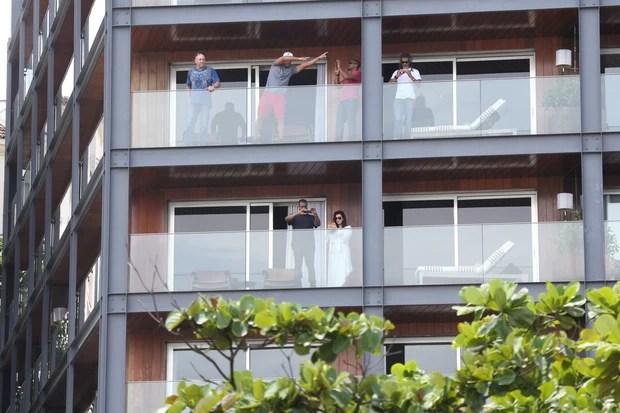 Will Smith, Kim Kardashian e Kanye West na sacada do hotel (Foto: André Freitas / AgNews)