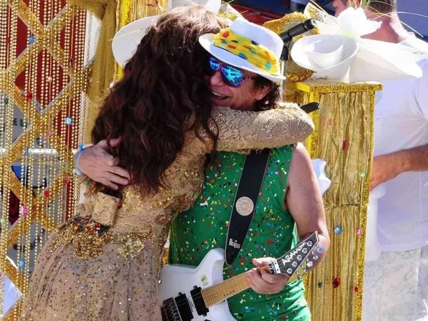 Ivete abraça Armandinho durante desfile (Foto: Jailson Barbosa/ Ag. Edgar de Souza)
