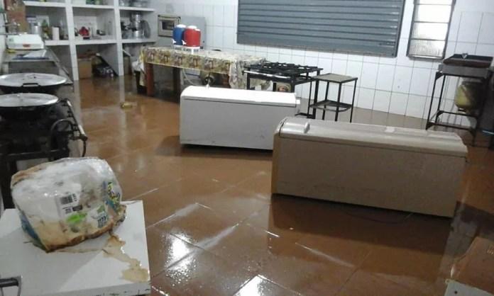 Cozinha da Paróquia Santa Cruz foi tomada pela água, que atingiu geladeira e freezers.  — Foto: Pe Rogério de Oliveira/Arquivo Pessoal
