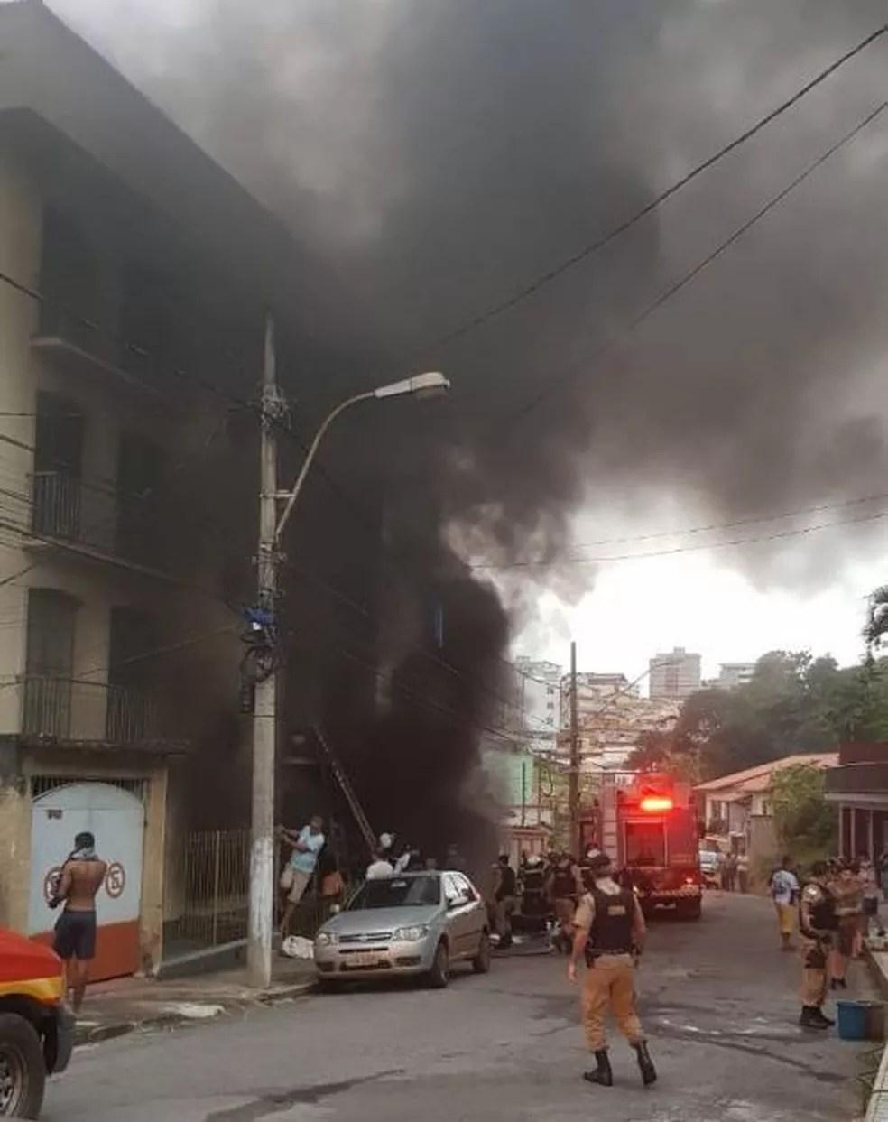 Equipes combatem incêndio em edificação em Barbacena — Foto: Portal Barbacena Online/Reprodução