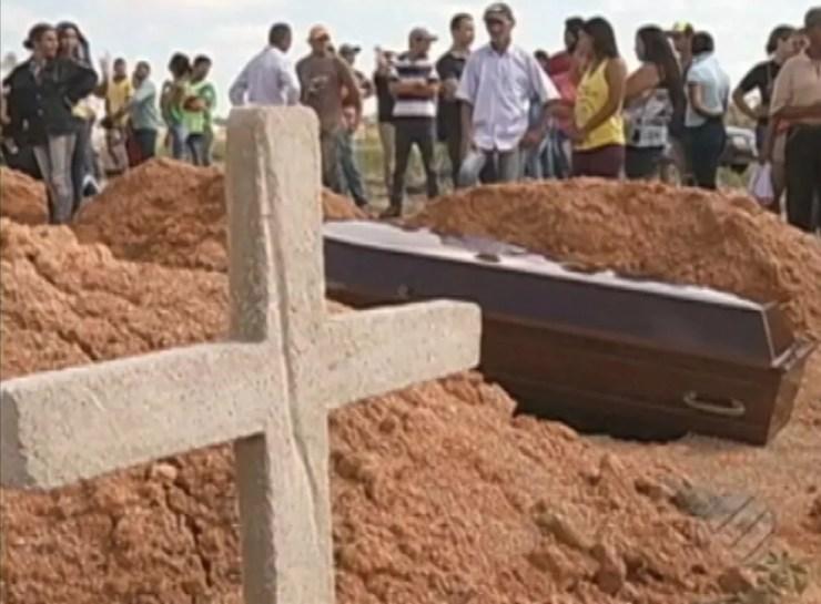 Corpos das vítimas foram removidos pelos policiais antes da análise da perícia e amontoados em caminhonete (Foto: Reprodução/TV Liberal)
