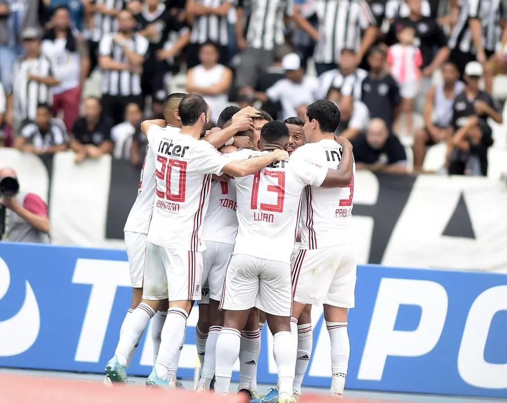 Jogadores comemoram gol do São Paulo no Nilton Santos: Tricolor venceu Botafogo por 2 a 1 — Foto: André Durão