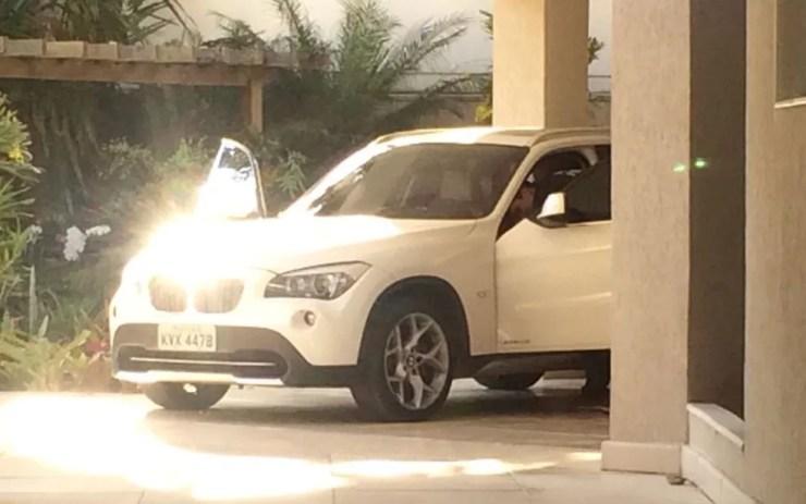 Agentes da PF vasculharam BMW e Ford Edge Limited na garagem da casa do ex-secretário de Obras (Foto: Cristina Boeckel / G1)