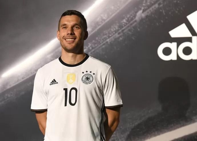 Podolski Alemanha lançamento uniforme (Foto  Getty Images) Podolski é o  dono da camisa ... c0e8f7eafa543