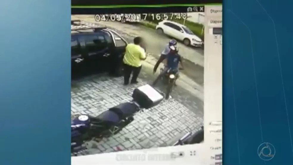 Homem é assaltado quando entrava em carro, na Torre, em João Pessoa (Foto: Reprodução/TV Cabo Branco)