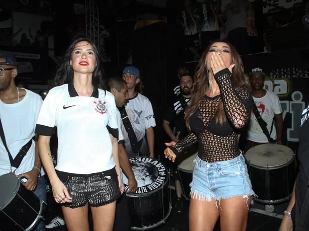 Thaila Ayala e Sabrina Sato na quadra da Gaviões da Fiel em São Paulo (Foto: Amauri Nehn/ Brazil News)