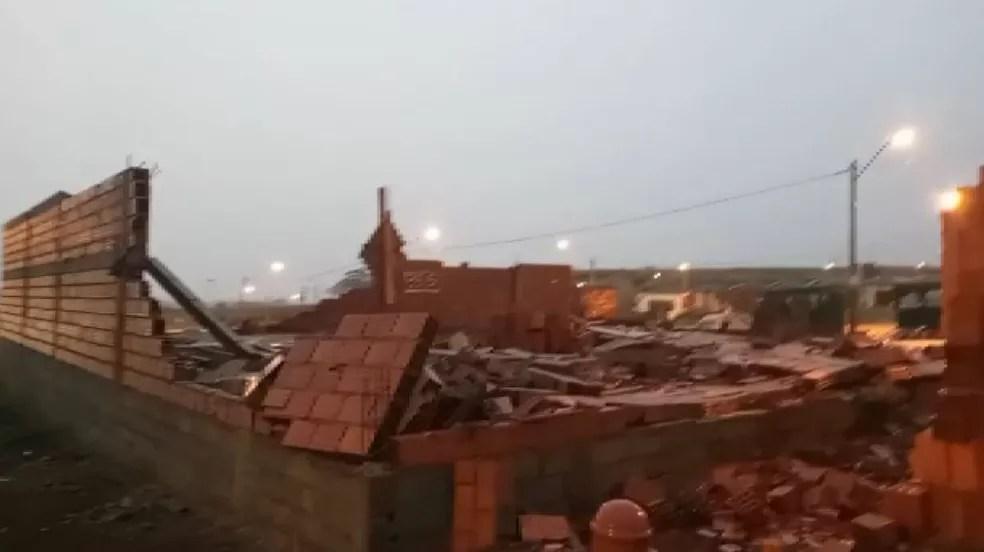 Casa em construção em Ribeirão Preto desabou durante temporal — Foto: Reprodução/EPTV