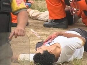 Torcedor simula ter levado facada durante briga de torcidas (Foto: Reprodução/RBS TV)